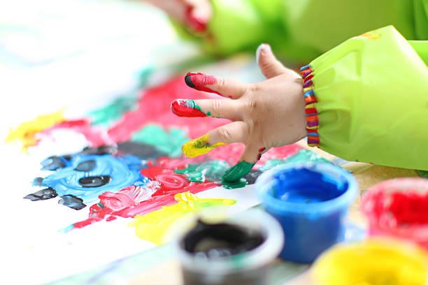 kinder hände malen mit bunten fingerpaint - fingerfarben stock-fotos und bilder