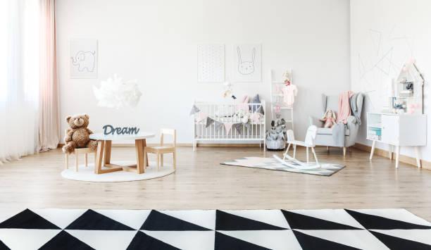 kinderzimmer mit kleinem tisch - pferde schlafzimmer stock-fotos und bilder