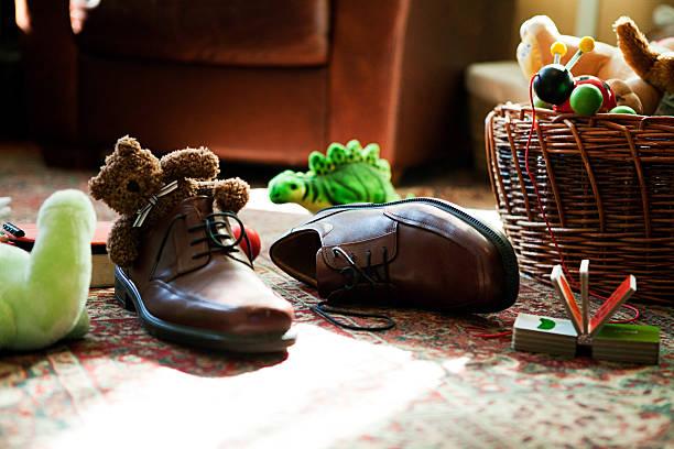 Kinder Spielzeug in die Schuhe für Erwachsene. – Foto