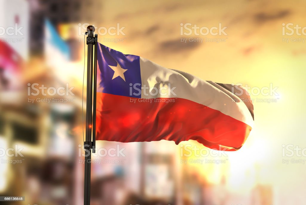 Bandeira do Chile contra a cidade turva fundo no Sunrise Backlight - foto de acervo