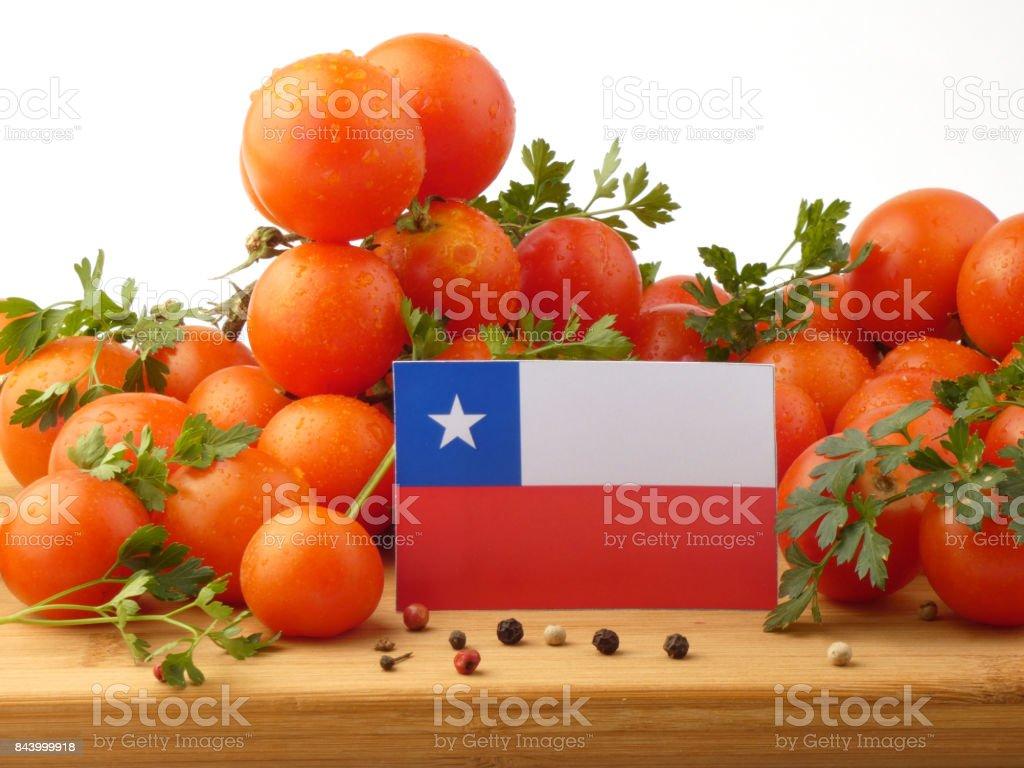 Bandeira chilena em um painel de madeira com tomates isolado em um fundo branco - foto de acervo
