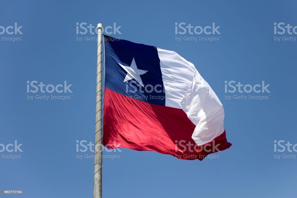 Bandeira chilena sob céu azul - foto de acervo