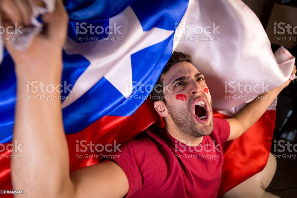 Chilena cara comemorando com a bandeira do Chile - foto de acervo