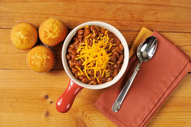 chili und maisfladen - crock pot süßigkeiten stock-fotos und bilder