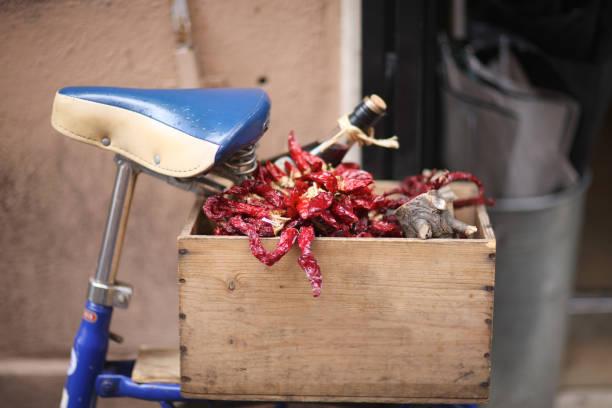 Chili und Wein im Kofferraum – Foto