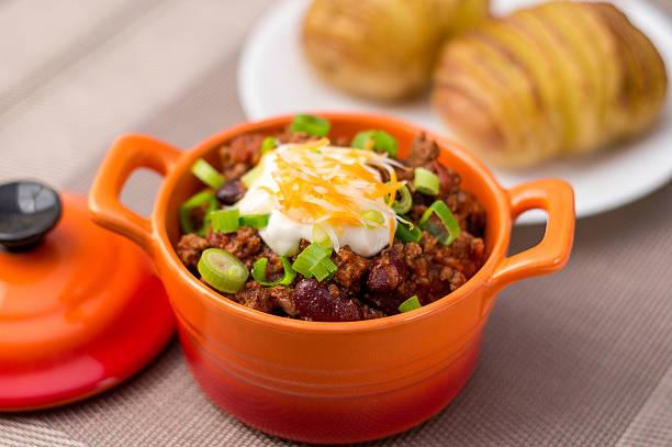 chili con carne-bowl - gemüseauflauf mit hackfleisch stock-fotos und bilder