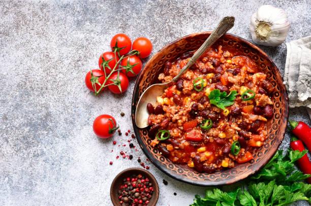 chili con carne-gehakt vlees stoofpot met rode bonen en tomaat - spaanse peper stockfoto's en -beelden