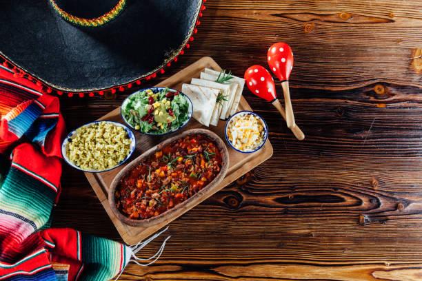 chili con carne  - mexikanische möbel stock-fotos und bilder