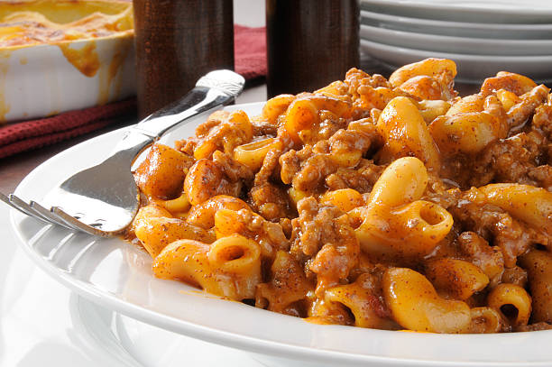 chili mac - hamburger makkaroni stock-fotos und bilder