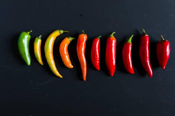 chilipepertjes mix - spaanse peper stockfoto's en -beelden