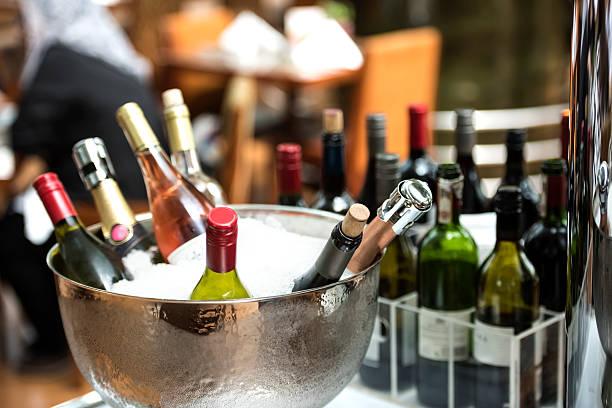 kalte alkohol flaschen - partylabels stock-fotos und bilder
