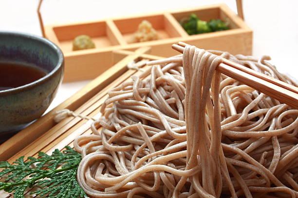 chilled soba noodles zaru soba, japanese food - sobanoedels stockfoto's en -beelden