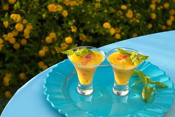 gekühlte tropische ananas-frucht & fleischtomate gazpacho & gemüsesuppe - picknick tisch kühler stock-fotos und bilder