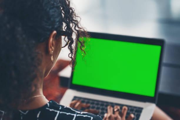 chilling thuis voor het weekend - green screen stockfoto's en -beelden