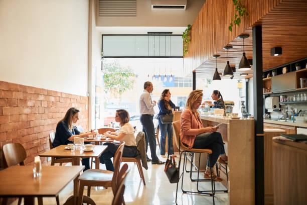 chillen in einem café - coffee shop stock-fotos und bilder