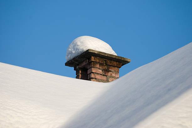 Kamin mit Schnee bedeckt – Foto