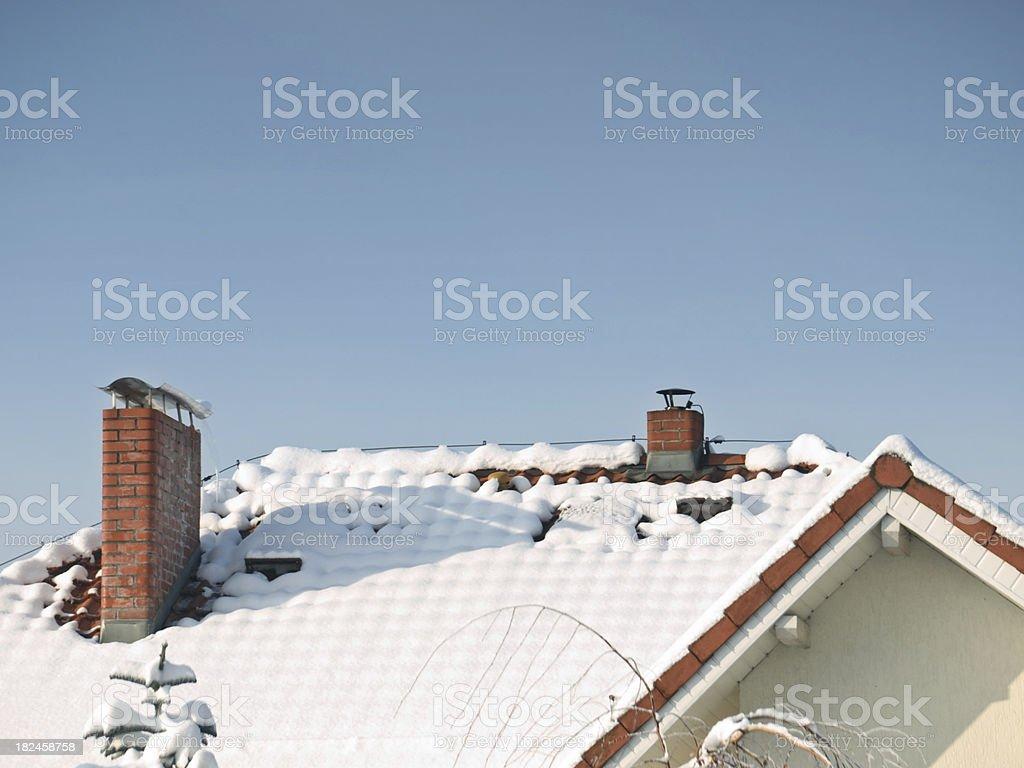 Chimenea en la nieve foto de stock libre de derechos