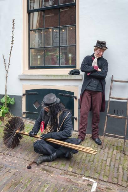 kaminkehrer, während das dickens festival in deventer - charles dickens weihnachtsgeschichte stock-fotos und bilder