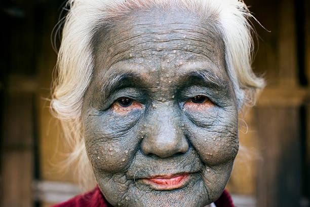 kinn tribal tätowiert frau (uppriu stamm). - tribal tattoos stock-fotos und bilder