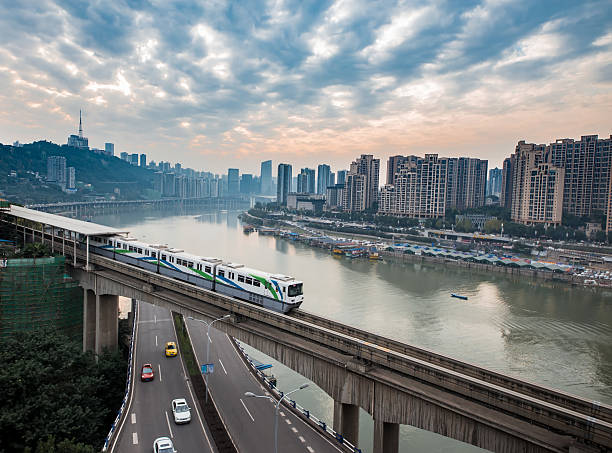 china chongqing elevated light rail, modern city traffic perspective. - transport ferroviaire photos et images de collection
