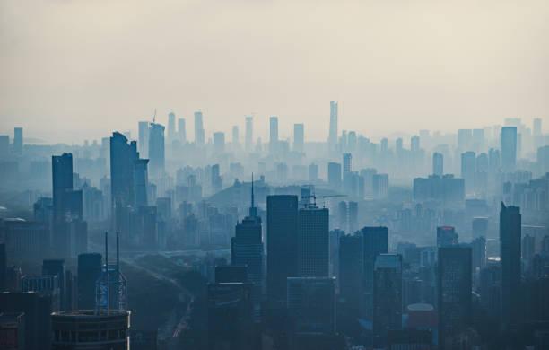 china, shenzhen rascacielos - contaminación ambiental fotografías e imágenes de stock
