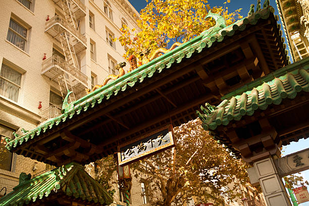 chinatown gate in san francisco, california, usa - chinatown stockfoto's en -beelden