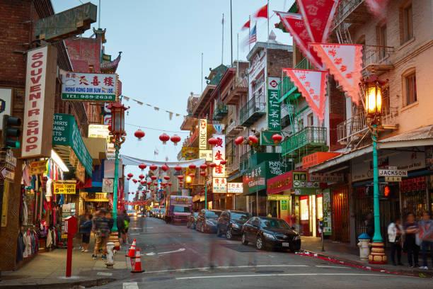chinatown in san francisco op de schemering, californië, verenigde staten - chinatown stockfoto's en -beelden