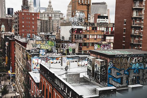 chinatown new york graffiti auf dem gebäude - sprüche über reisen stock-fotos und bilder