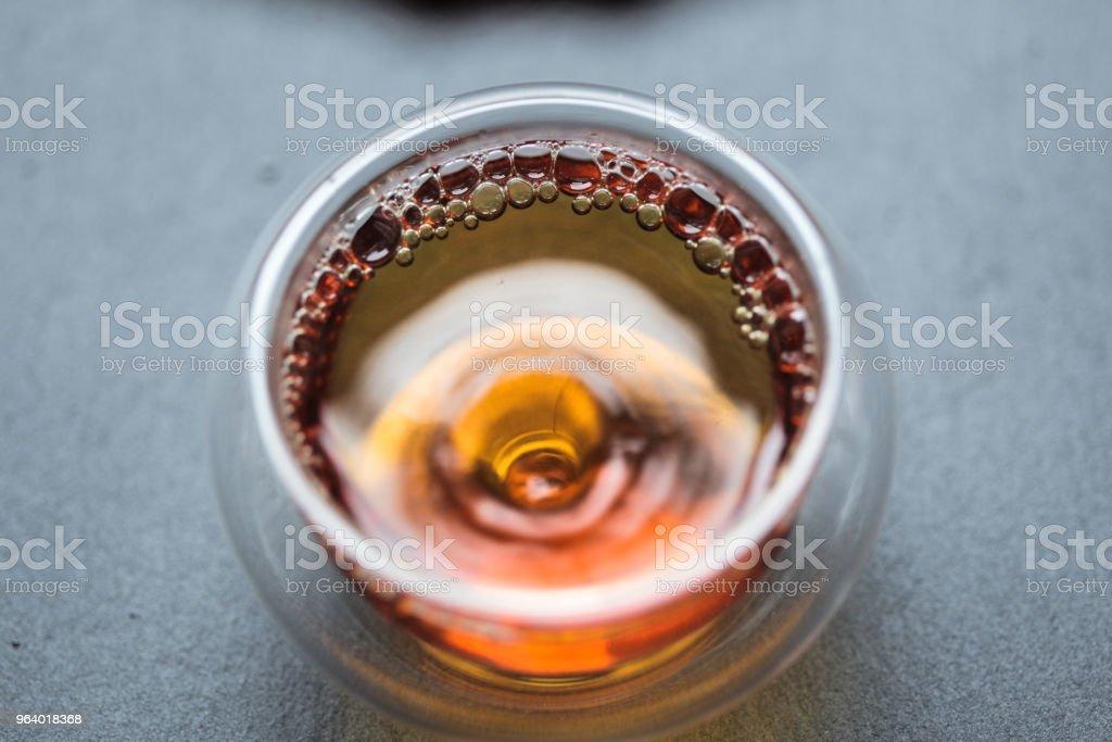 ガラスのティーカップで中国の黒茶 - ガラスのロイヤリティフリーストックフォト