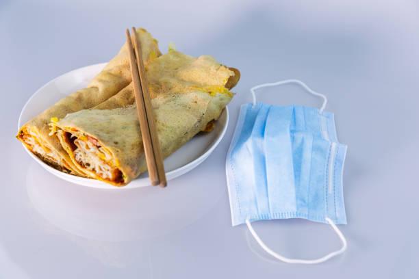 Desayuno chino y máscara - foto de stock