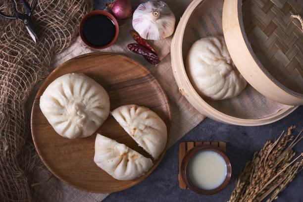 chinesisches frühstück: brötchen (baozi), gebratene grissini (yout gedämpft - semmelknödel stock-fotos und bilder