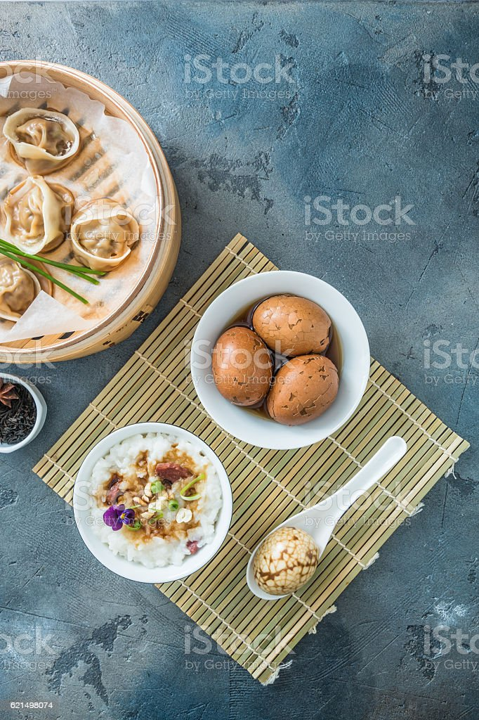 Chinese breakfast with rice porrige, tea eggs and dim sum Lizenzfreies stock-foto