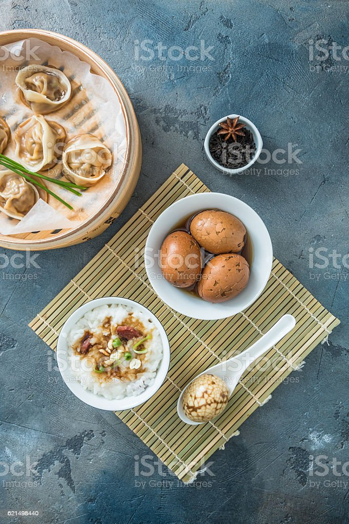 Chinese breakfast with rice porrige, tea eggs and dim sum photo libre de droits