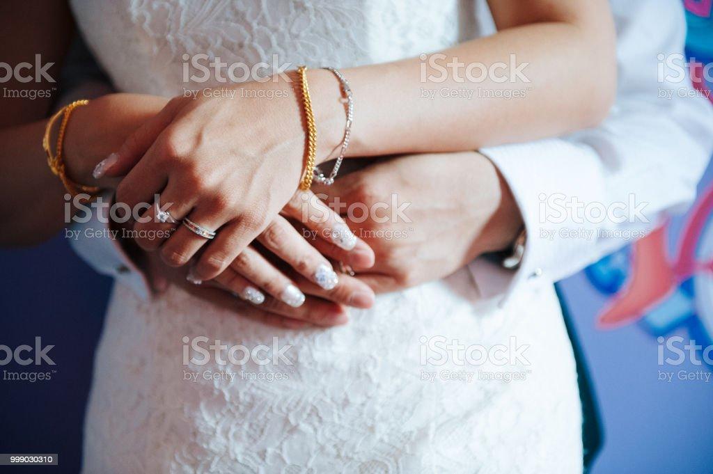 4afe9b856 Novia China y las manos de los novios con los anillos de boda foto de stock