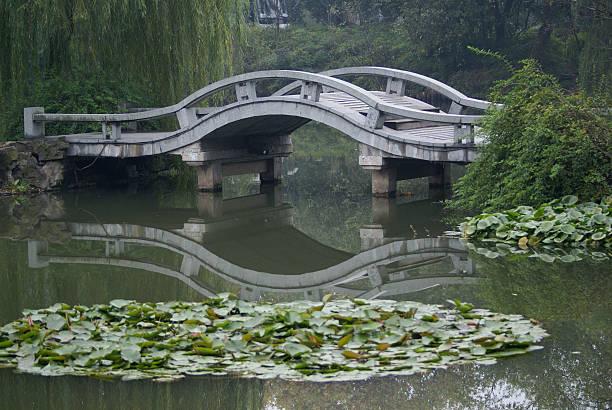 chinesische brücke über lily pond, hangzhou, china - monet bilder stock-fotos und bilder