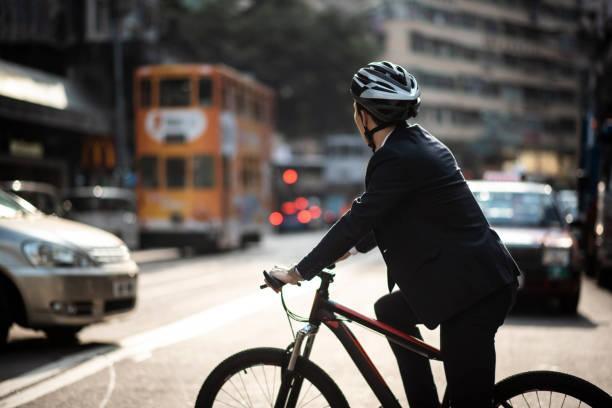 Chinesischer Geschäftsmann gefahren, um mit seinem Fahrrad zu arbeiten – Foto