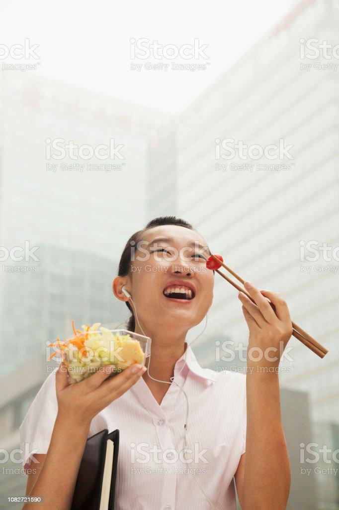 Chinesische Geschäftsfrau zu essen und zu Fuß – Foto
