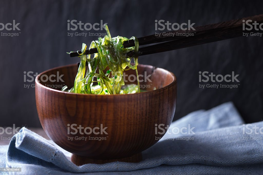 Chinese chopsticks with chuka salad horizontal - foto de stock
