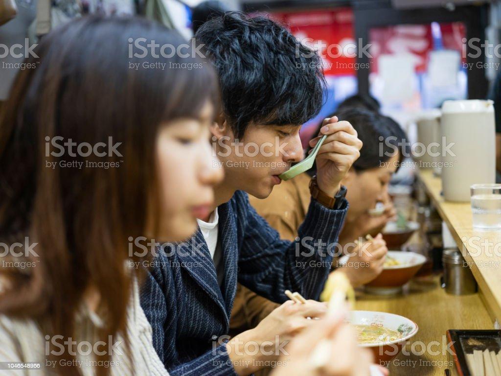 Chinesisches Ehepaar auf Urlaub in Tokio Japan Ramen-Shop – Foto