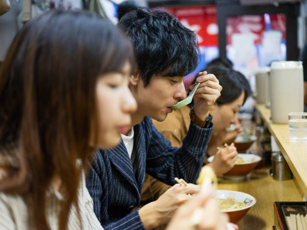 東京バカンス中国カップル日本ラーメン屋 - ラーメン ストックフォトと画像