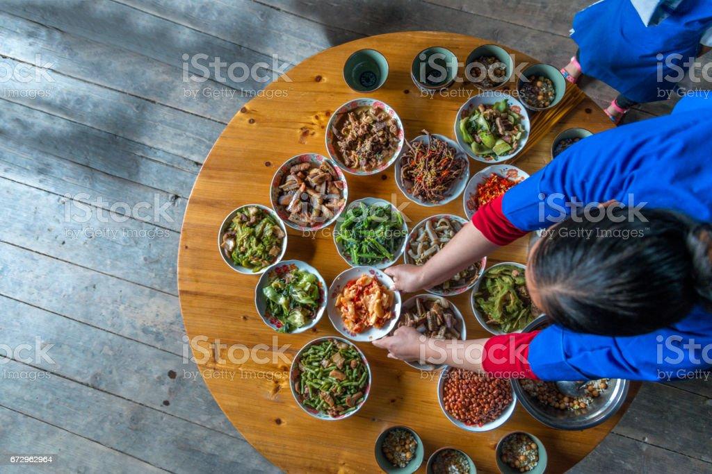 Chinesisches Abendessen bereit zu Hause, erhöhte Ansicht – Foto