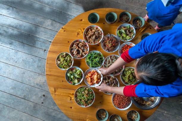 中国の夕食準備ができて家庭でハイアングル - ローフード ストックフォトと画像