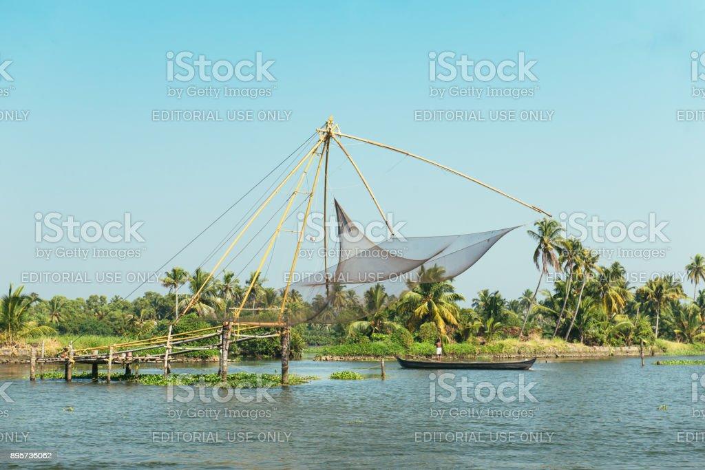 Filets de pêche chinois et un pêcheur en Inde Cochin (Kochi), ba - Photo