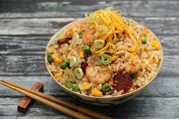 chinese fried rice on vintage china - hausgemachter gebratener reis stock-fotos und bilder