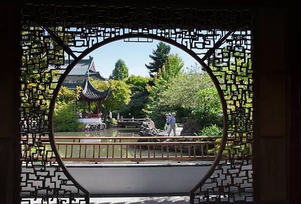 pagode und chinesischen garten mit teich in vancouver, kanada - kanada rundreise stock-fotos und bilder