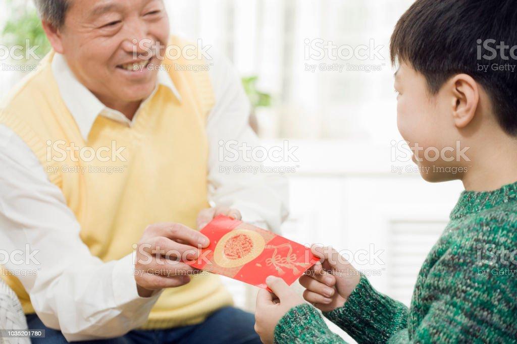 Chinesischen Großvater mit Enkel rote Tasche – Foto