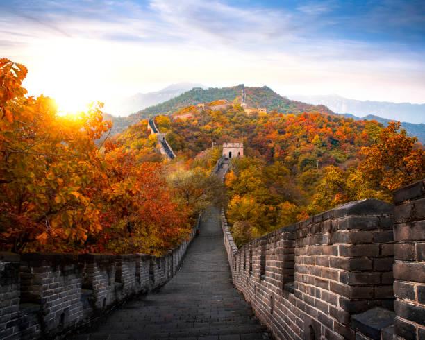 chinesische große mauer im herbst- und sonnenuntergang, berg und wahrzeichen sehr berühmt für reisen in der nähe von beijing city - chinesische mauer stock-fotos und bilder