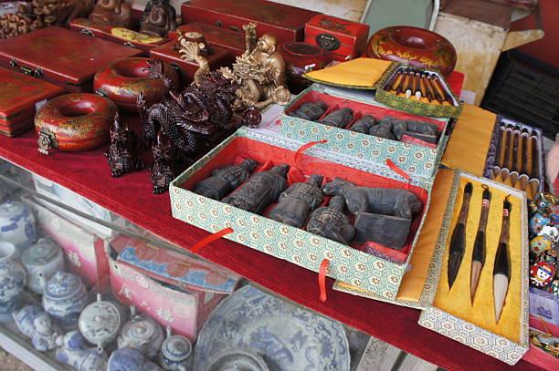 chinesische geschichte am marktstand - buddha figuren kaufen stock-fotos und bilder