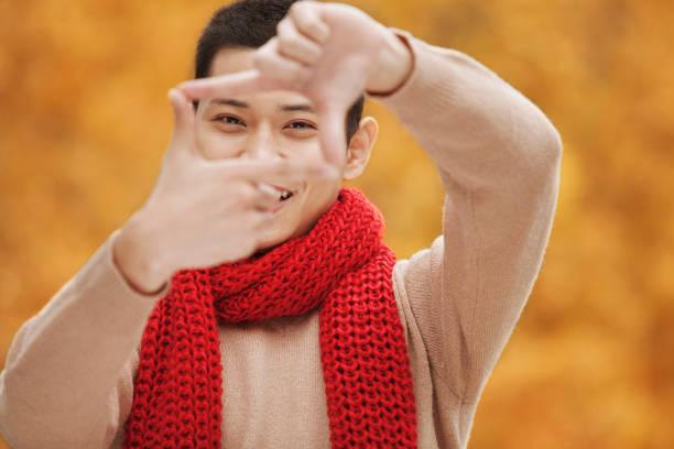 chinesischer mann rahmung geste - happy weekend bilder stock-fotos und bilder