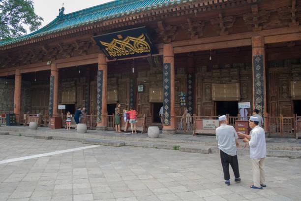 kinesiska muslimer runt xian great mosque. - hui architecture bildbanksfoton och bilder